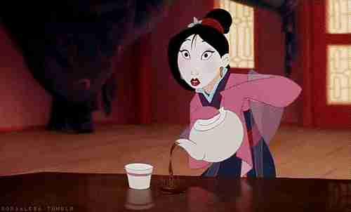 Mulan sirviendo té