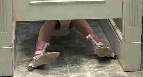 Chica pedorreandose en el baño