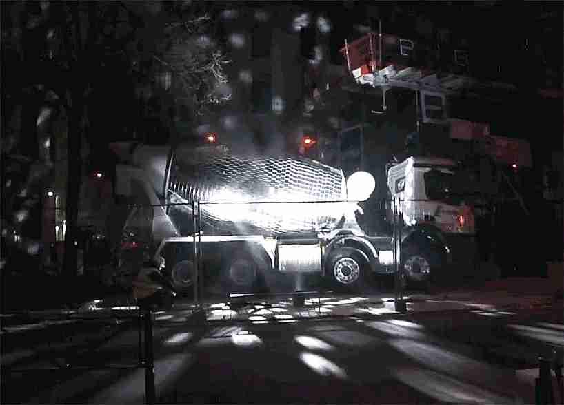 Camión de cemento que se transforma en bola de espejos