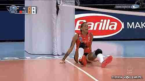Jugadora de voleibol adolorida por torcedura de tobillo