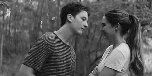 gif jóvenes besándose
