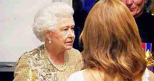 la reina de inglaterra riéndose