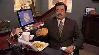 comiendo en la oficina