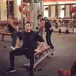 Hombres en un  gimnasio