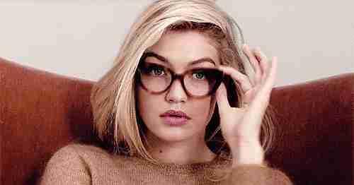 gif mujer mirando con lentes