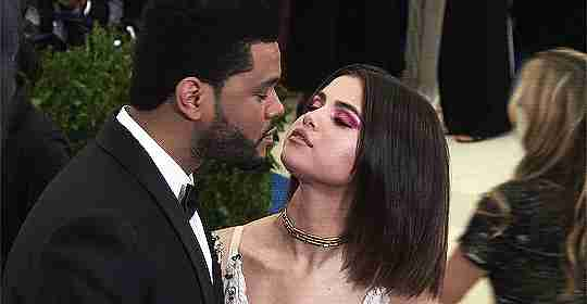 gif Selena Gomez y The Weeknd