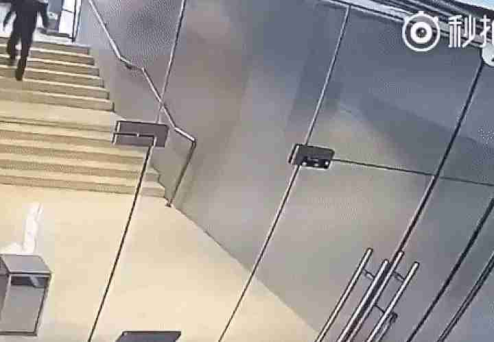 hombre chocando con puerta de vidrio