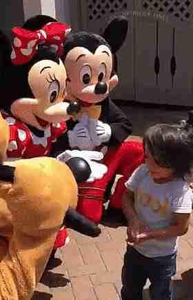 Mickey y Minnie hablando con un niño usando lenguaje de señas