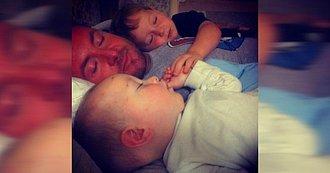 Padre con sus hijos en la cama