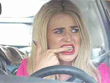 mujer frotándose los dientes
