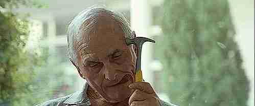 anciano dandose con un martillo en la cabez