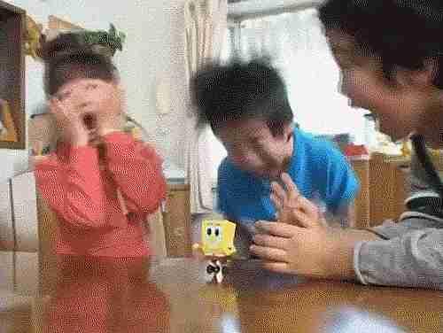 Niños gritando
