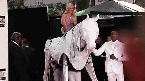 Lady Gaga en caballo falso
