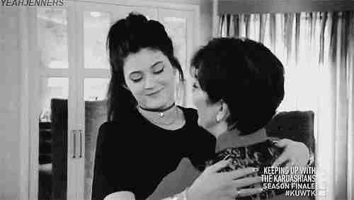 chica evitando beso de su mamá