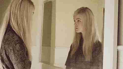 chica en el espejo