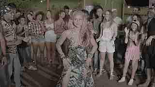 Shakira bailando.