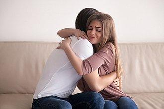pareja abrazados