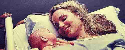 gif mamá con su bebé