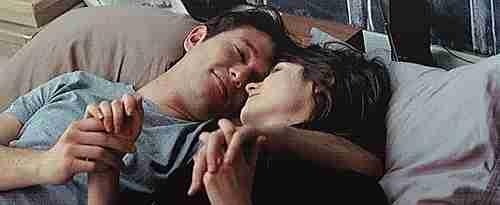pareja tierna dándose beso de nariz