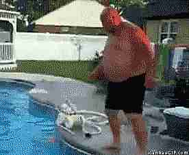 hombre lanzándose en clavados en un salvavidas