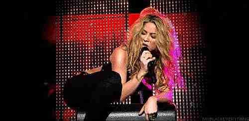 Shakira cantando