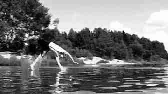 chico haciendo gimnasia sobre el agua