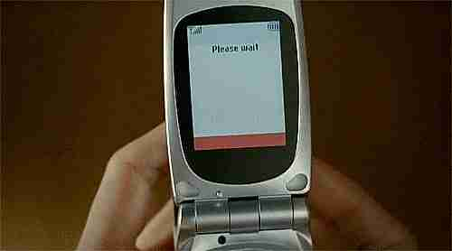 Imagen de un celular con una imagen de una chica en ropa interior