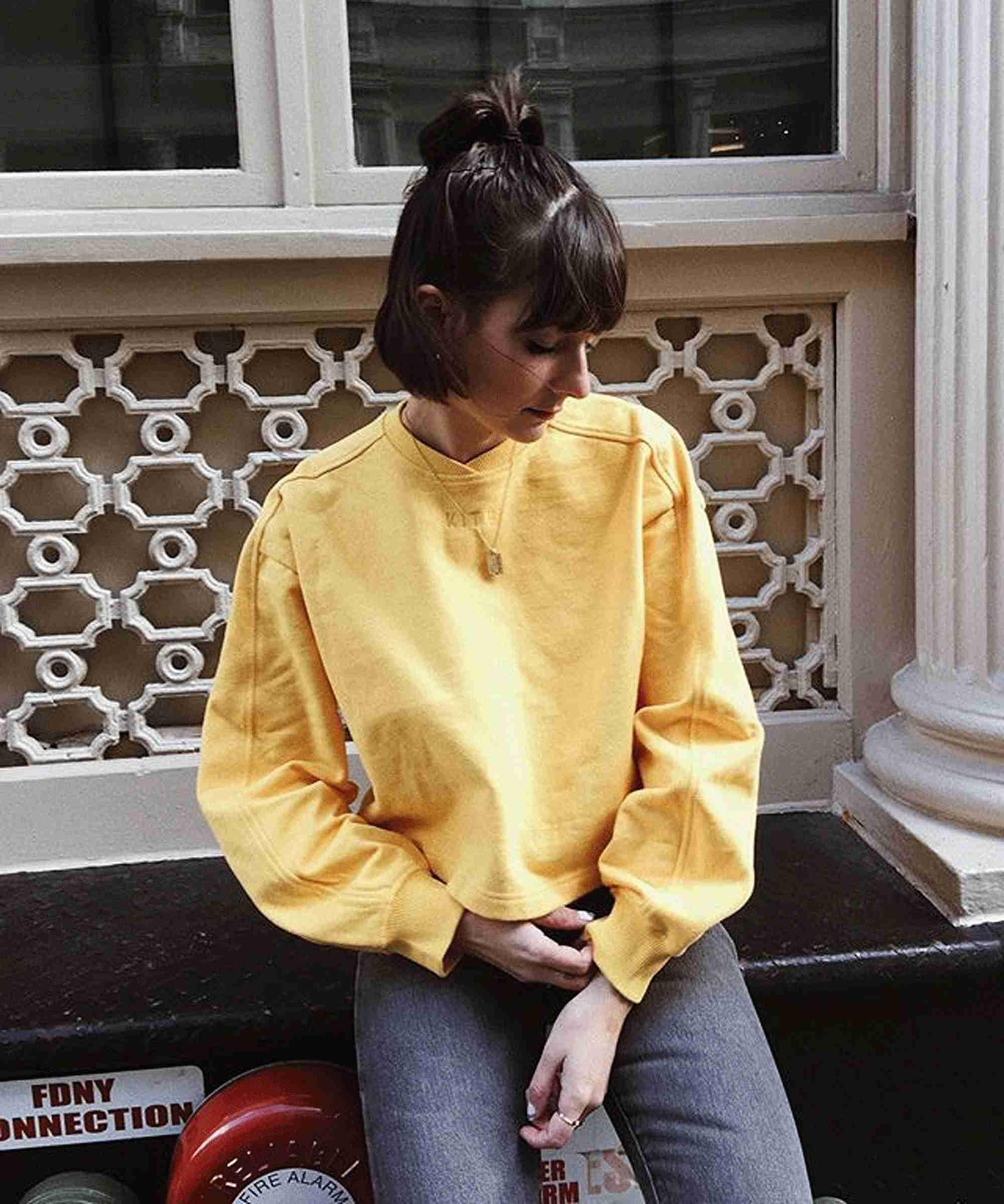 chica usando prenda amarilla