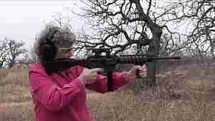 gif señora mayor disparando