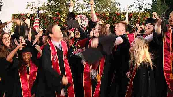 Graduandos celebrando