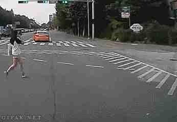 mujer casi arrollada por un auto