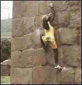 joven escalando pared