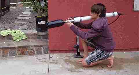 chico con pistola de agua