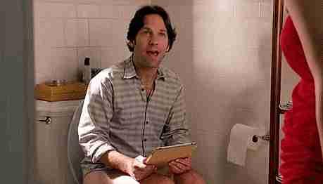 sentado en el baño