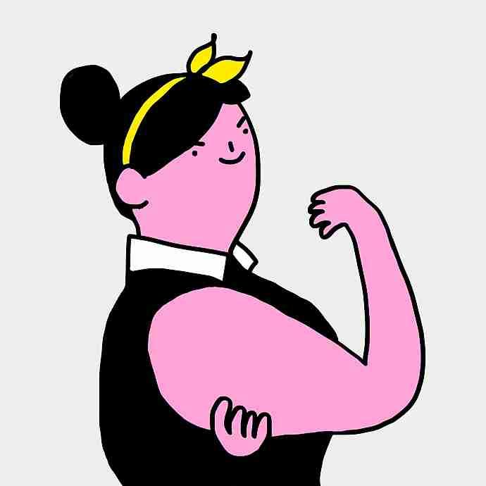 Mujer mostrando la flacidez de su brazo