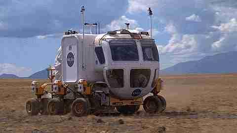 Vehículo espacial rodando por el desierto