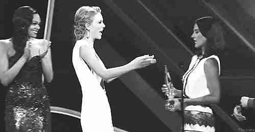 chica abrazando a otra chica con expresión seria