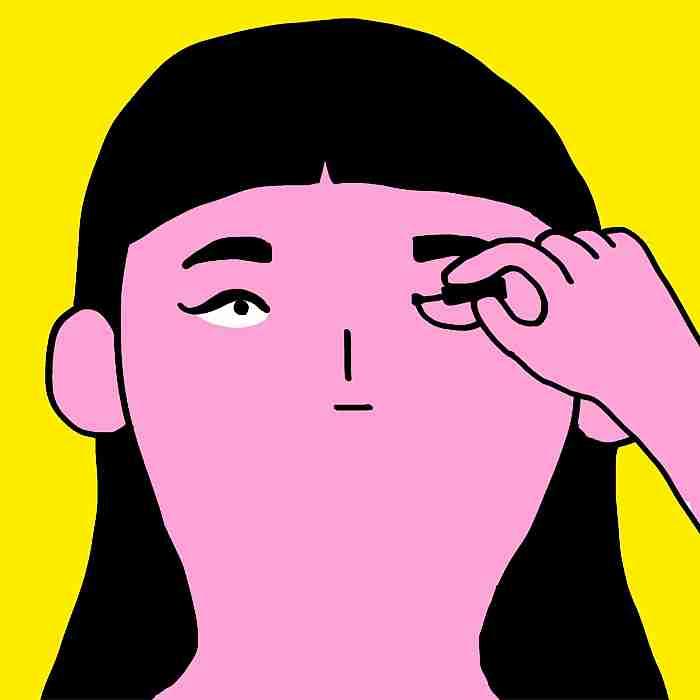 Mujer intentando maquillarse los ojos