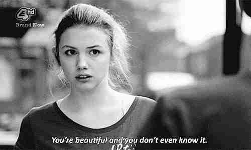 amigo diciéndole a su amiga que es linda